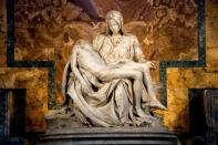 pieta-de-michelangelo-em-st-basilica-de-pedro-no-vaticano_1139-364